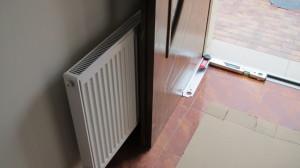 Radioátor nainstalovaný přímo za vstupními dveřmi, ty pak nešly plně otevřít