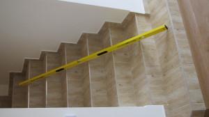 Schodiště do II. patra neodpovídalo normám - bylo pro chůzi nebezpečné - každý schod byl jinak vysoký a široký